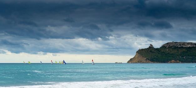 悪魔のサドルを望むビーチ。 Premium写真