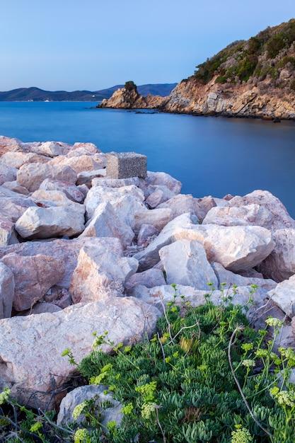 夕暮れ時、プンタ・アラ、トスカーナ、イタリアの白い岩とビーチ。 Premium写真