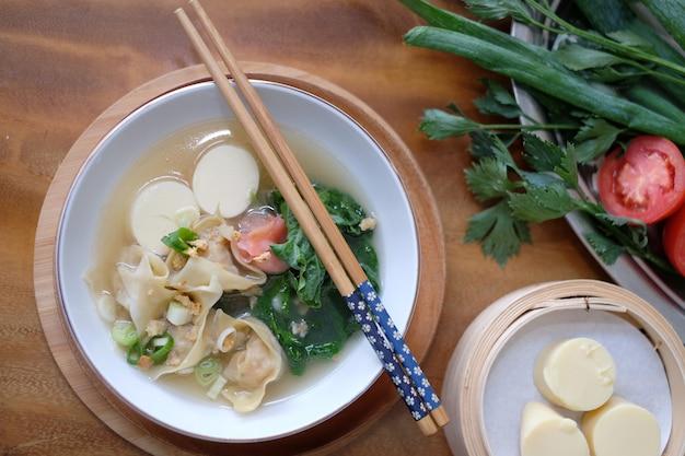 Суп тофу beancurd с палочкой для еды Premium Фотографии