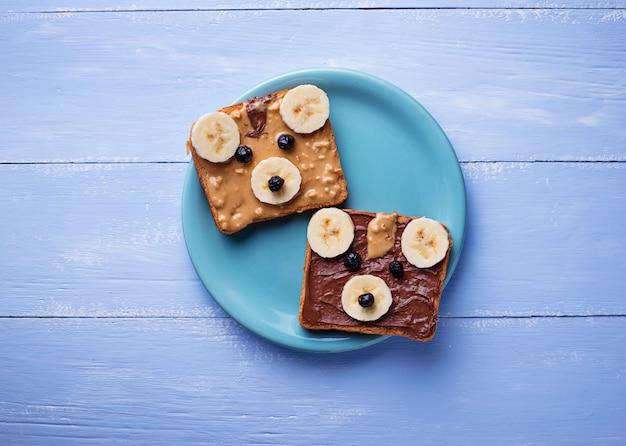 Bear sandwiches with peanut butter Premium Photo