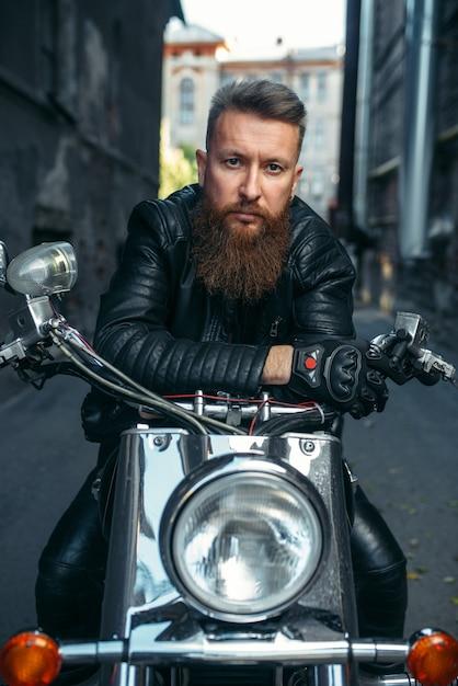 Бородатый байкер на классическом чоппере Premium Фотографии