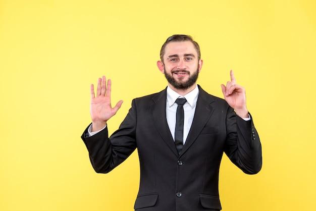 턱수염이 난 남자가 손가락을 들고 하나의 숫자를 보여주는 무료 사진