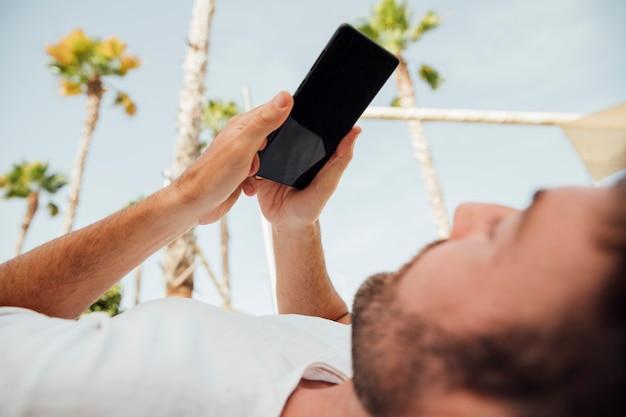 現代の携帯電話を保持しているひげを生やした男 無料写真
