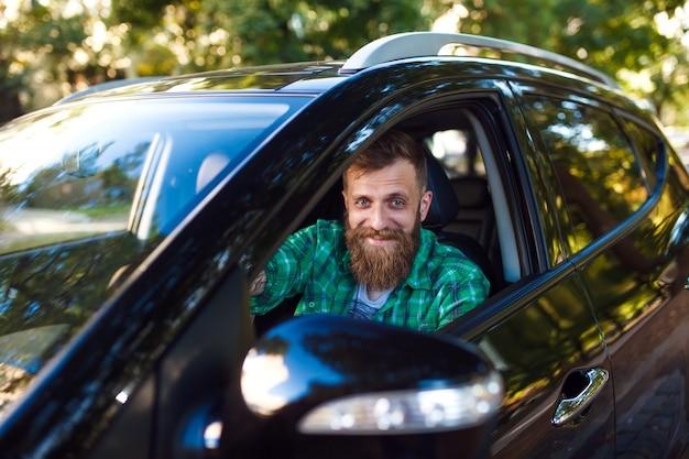 車の中でひげを生やした男 Premium写真
