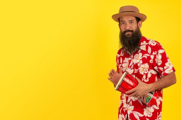 Uomo barbuto con tamburo fatto a mano Foto Gratuite