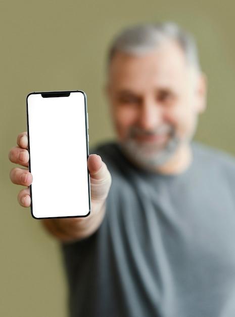 モバイルでひげを生やした男 無料写真