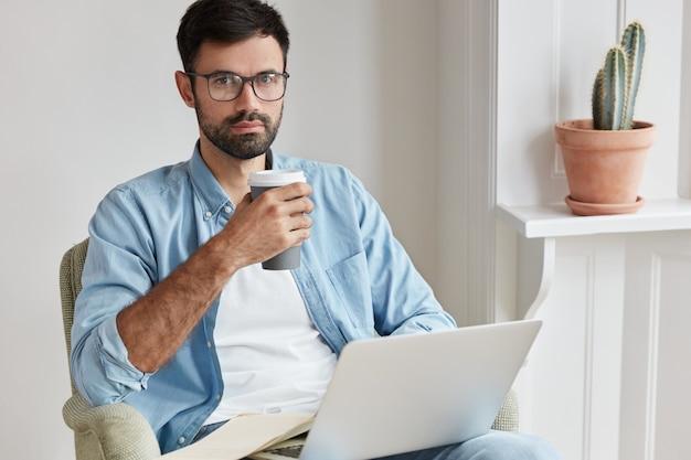 Бородатый молодой человек, работающий дома Бесплатные Фотографии