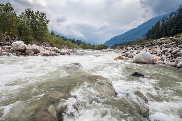 Beas river in manali Premium Photo