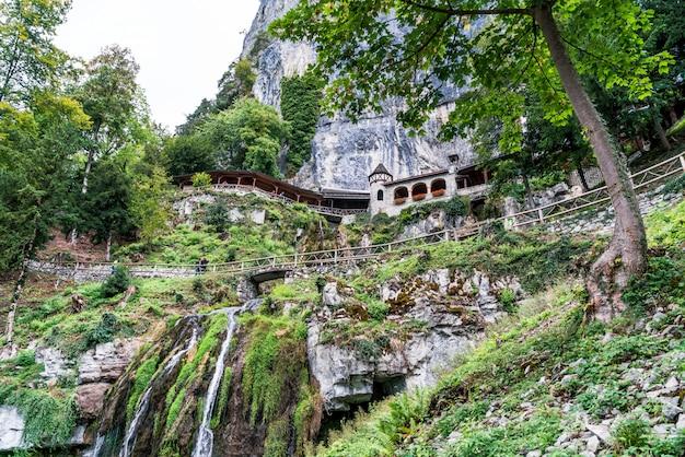 聖beatus洞窟とthunersee、sundlauenen、スイス連邦共和国の上の滝。 Premium写真