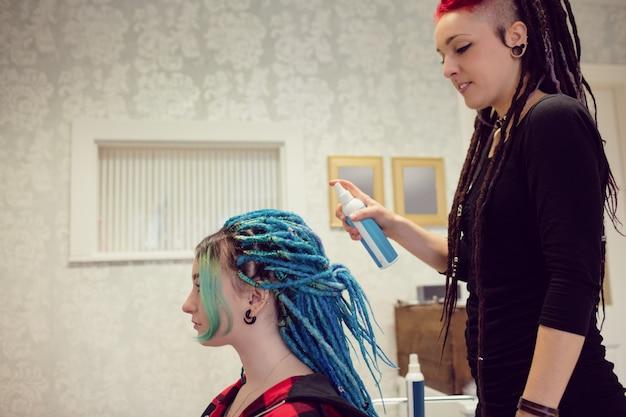 エステティシャンのスタイリングクライアントの髪 無料写真