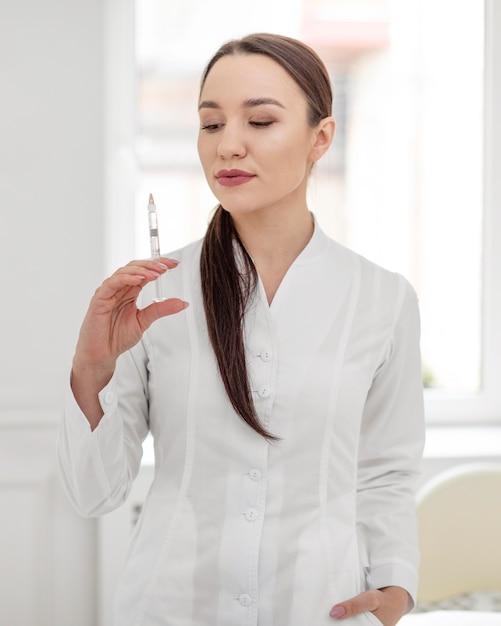 Donna di estetista alla clinica Foto Gratuite