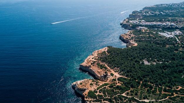 ポルトガルのアルガルヴェ海岸の空中写真の上に美しい。 無料写真