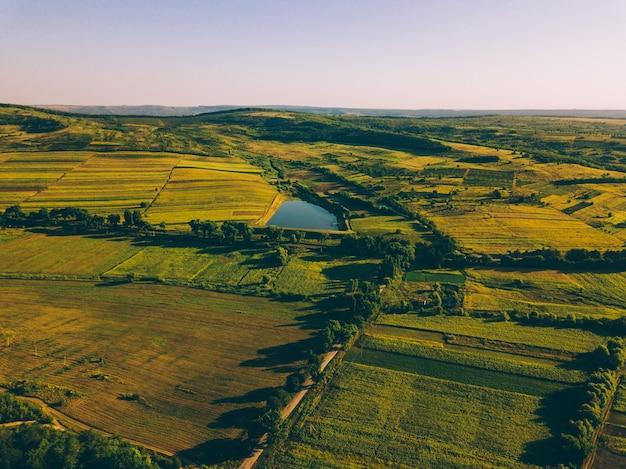 Красивый воздушный беспилотный пейзаж на рассвете с удивительным видом на птицы. Premium Фотографии