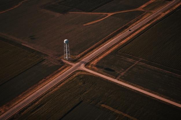 白い塔と田舎の狭い道路交差点の美しい空中ショット 無料写真