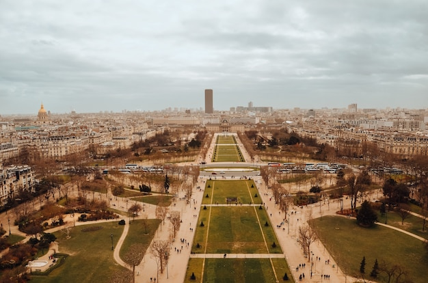 Bella ripresa aerea dei giardini della tour eiffel sotto le nuvole temporalesche Foto Gratuite