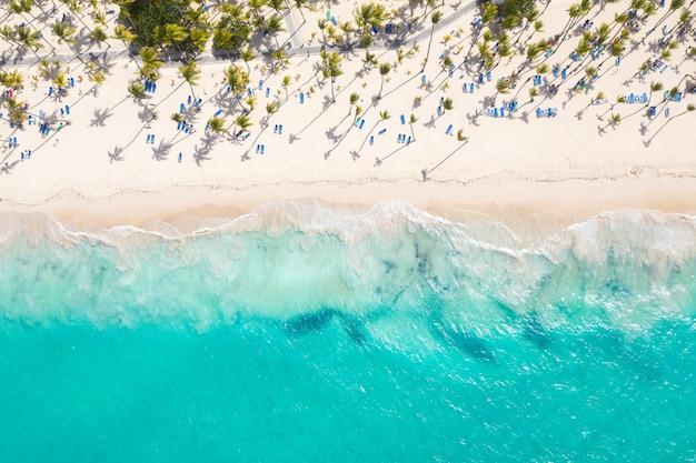 Красивый вид на пляж с воздуха Premium Фотографии