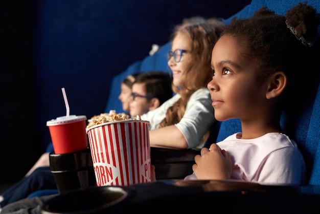 Красивая африканская девушка с смешной прической, смотреть фильм в кино Бесплатные Фотографии