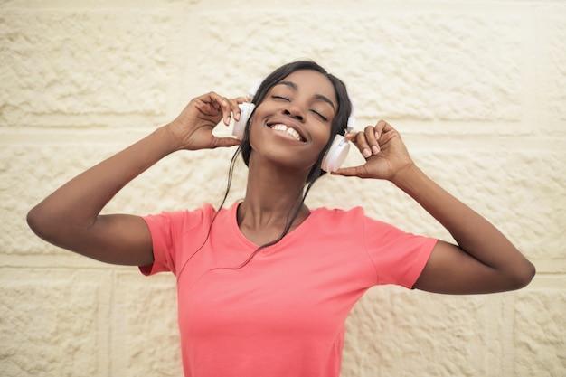 Beautiful afro woman listening to music Premium Photo
