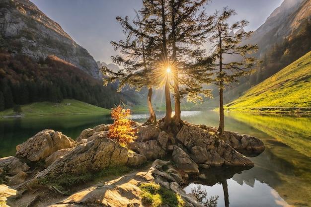 スイス、秋の日没の湖と美しいアルプスの風景。 Premium写真