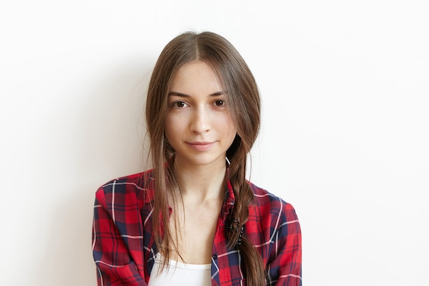 茶色の目と厄介な黒い髪の美しく、魅力的な若い白人女性 無料写真