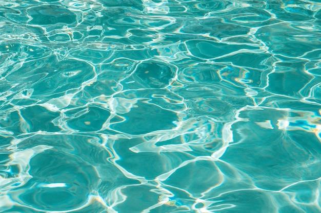 수영장에서 아름답고 맑은 물 표면 무료 사진