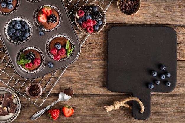 Красивый и вкусный десерт и противень для выпечки Бесплатные Фотографии