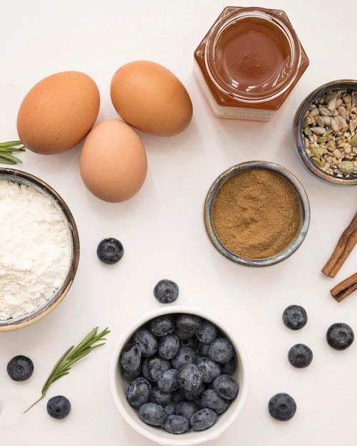 Красивые и вкусные десертные яйца и фруктовые ингредиенты Бесплатные Фотографии