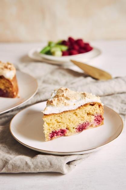 テーブルの上に材料が入った美しくておいしいラズベリーとルバーブのケーキ 無料写真