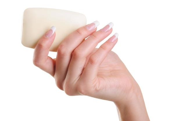 Красивая и элегантная человеческая женская рука с белым мылом Бесплатные Фотографии