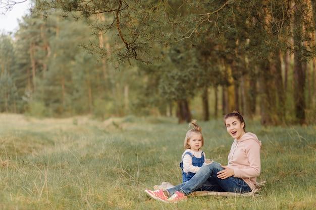 美しく、幸せな母と娘の森で楽しい時間を 無料写真