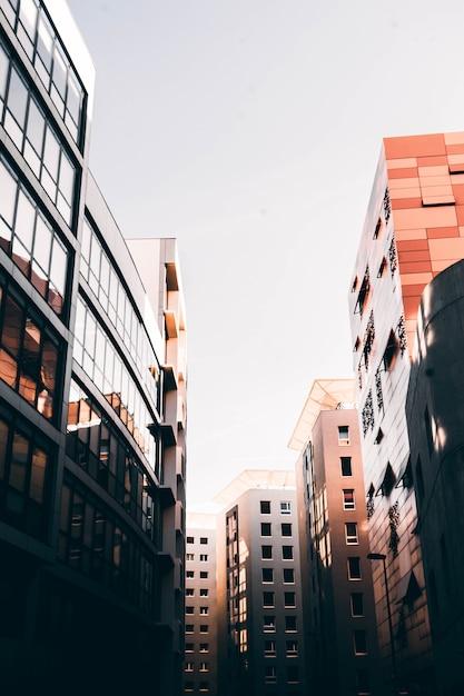 Bella architettura di marsiglia, francia con edifici alti e cielo bianco Foto Gratuite