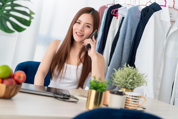 Красивое азиатское влияние, работающее с веселым и увлеченным предпринимателем Premium Фотографии