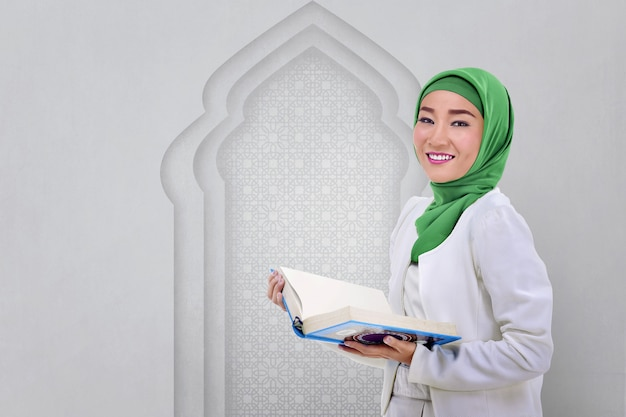 Beautiful asian muslim woman read the koran Premium Photo