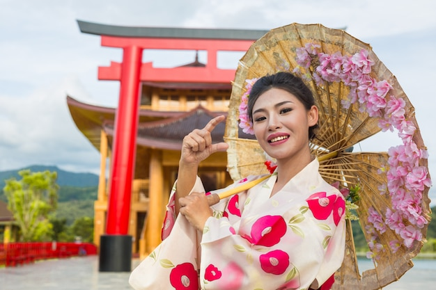 A beautiful asian woman wearing a japanese kimono, traditional dress concept. Free Photo