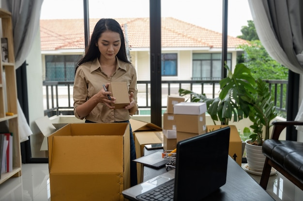 Premium Photo | Beautiful asian women sell products online.