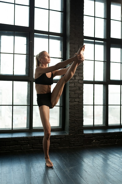 Beautiful athletic blonde dancer and sportswoman with beautiful Premium Photo