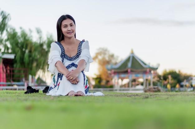 公園の美しい魅力的な女の子 Premium写真
