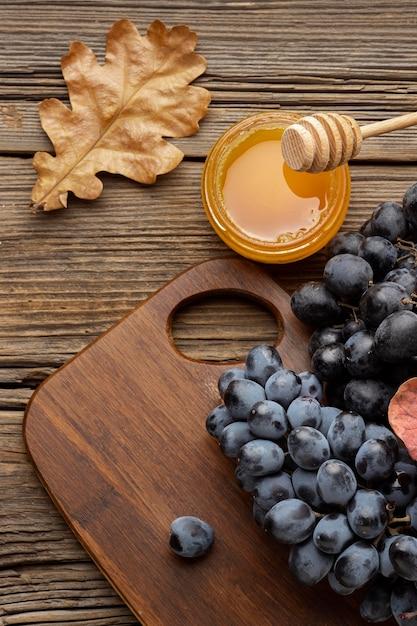 Красивая осенняя композиция с медом и виноградом Бесплатные Фотографии