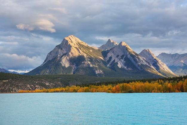 カナダの山々の美しい秋の季節。秋の背景。 Premium写真