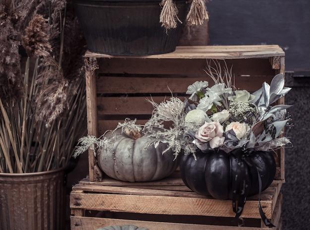 Красивый осенний уличный декор с тыквами и цветами. Бесплатные Фотографии