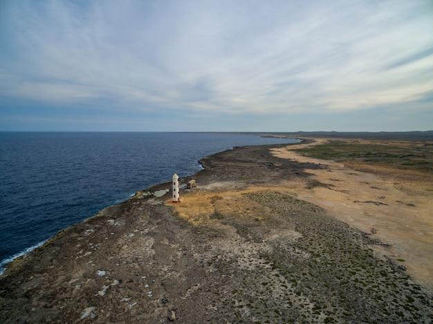 Bellissima spiaggia per trascorrere un piacevole pomeriggio estivo a bonaire, nei caraibi Foto Gratuite