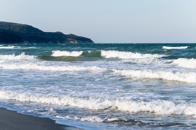 波がビーチを打ち砕く美しいビーチビュー 無料写真