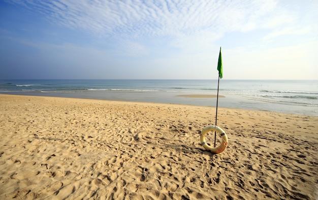 Красивый пляж с надувным кольцом в хойане, вьетнам Бесплатные Фотографии