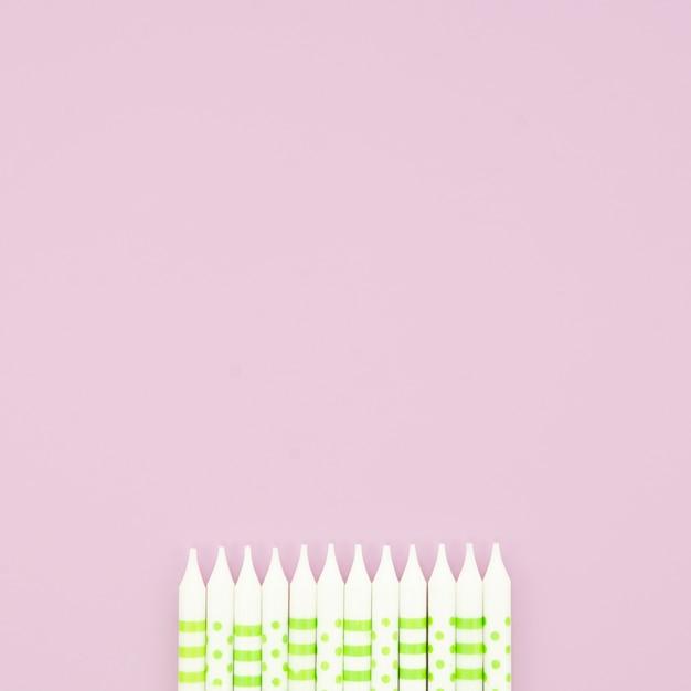 Candele di buon compleanno su sfondo rosa Foto Gratuite