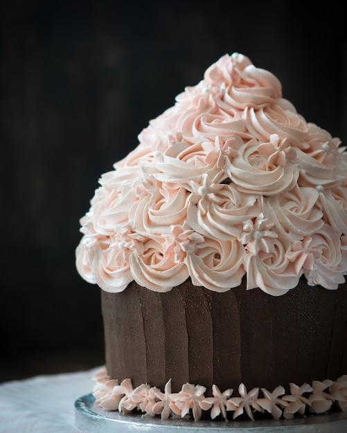 Beautiful birthday cupcake cake with rose cream decoration. Premium Photo