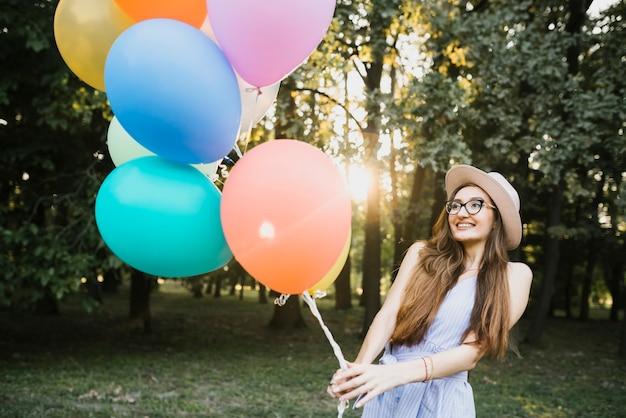 風船を保持している美しい誕生日女性 無料写真