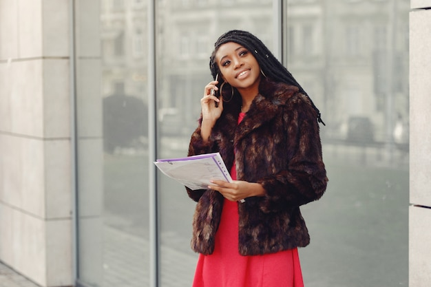 Bella donna d'affari nera in una città di primavera Foto Gratuite
