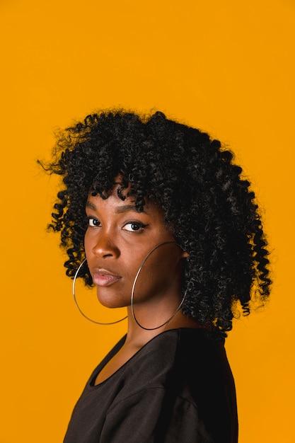 Bella giovane femmina nera in studio Foto Gratuite