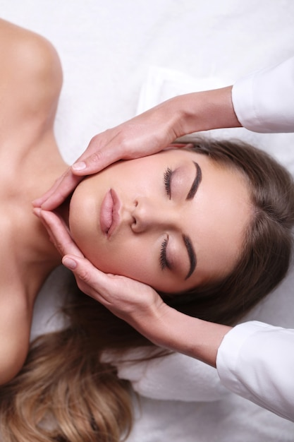 Bella donna bionda che riceve un massaggio Foto Gratuite