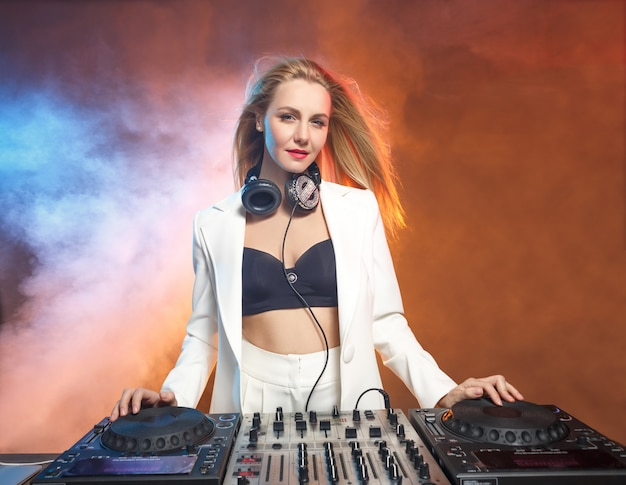 Beautiful blonde dj girl on decks - the party, Free Photo